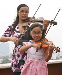 La niña Alejandra Reyes Guzmán, imagen del programa, y su madre, Rosaura