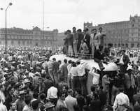 Último mitin realizado en el Zócalo, donde los comisionados enviados a negociar el pliego petitorio con Ruiz Cortines dieron el resumen de las pláticas, a lo que la concurrencia contestó con abucheos y acusaciones de traición. En esta asamblea, entre recriminaciones y deslindes, se acordó dar por terminadas las movilizaciones el 2 de septiembre