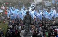 Miles de personas, en la ceremonia de develación de la estatua del héroe revolucionario en Rosario