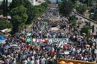 Dirigentes de la APPO y de la sección 22 encabezaron la megamarcha del sábado para recordar el fallido desalojo, hace dos años, del plantón magisterial en el zócalo de la capital de Oaxaca. Jóvenes con el rostro cubierto realizaron pintas en diferentes lugares
