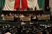 Diputados del FAP se manifiestan en tribuna contra la simulación de precios congelados
