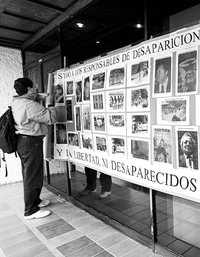 Las protestas contra los responsables de las desapariciones forzadas durante la guerra sucia han sido constantes durante años. Imagen de archivo frente a la desaparecida Fiscalía Especial para Movimientos Sociales y Políticos del Pasado