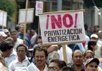 Como alternativa a la discusión del trascendental tema de la reforma petrolera, la UNAM decidió abrir sus espacios al diálogo y a partir de este lunes especialistas y académicos reflexionarán y propondrán escenarios para Pemex. En la imagen, una marcha de trabajadores electricistas contra la iniciativa presentada por Felipe Calderón