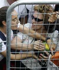 Habitantes de Madrid se disputan una sandía durante una protesta de agricultores realizada en esa capital en junio pasado   Reuters
