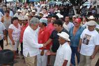 """En su gira por municipios yucatecos, el perredista aseveró que """"no hay diferencia entre los gobiernos priístas y panistas, porque arriba los une la ambición de entrar al negocio del petróleo"""""""