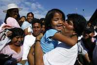 El presidente Evo Morales convive con simpatizantes luego de votar en la localidad de Villa 14 de septiembre, en su natal Cochabamba