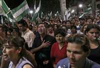 Partidarios del gobernador de Santa Cruz, feudo de la oposición del gobierno de Evo Morales, festejan la ratificación de Rubén Costas como prefecto de esta provincia boliviana tras el referendo