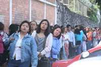 Aspirantes acudieron a la Secundaria 84 de la ciudad de México a presentar el examen de oposición para obtener una plaza de docente