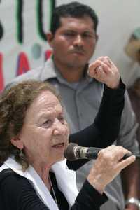 La senadora Rosario Ibarra de Piedra y el vocero de los opositores a La Parota, Marco Antonio Suástegui, llamaron a comuneros y ejidatarios a estar alertas y movilizarse contra el proyecto