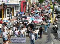 El acuerdo firmado entre el gremio elbista y el gobierno estatal pretende privatizar la educación pública, expresaron los manifestantes