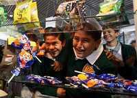 Estudiantes de primaria y secundaria en la Feria de Cooperativas Escolares, en el Palacio de los Deportes, a quienes se les ofrecieron frituras y bebidas bajas en calorías