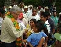 Andrés Manuel López Obrador, con habitantes de Coxcatlán, San Luis Potosí