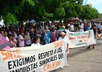 Ayer, cientos de docentes de los 11 municipios de Campeche llevaron a cabo una marcha en el centro histórico de la ciudad. Entre otras cosas exigen la salida del líder gremial en el estado, Mario Tun