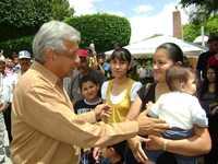 Andrés Manuel López Obrador saluda a algunos habitantes de la comunidad de Cerritos, adonde llegó ayer como parte de su gira or el estado de San Luis Potosí