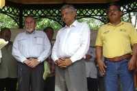 Bernardo Bátiz Vázquez y Andrés Manuel López Obrador durante uno de los actos de la gira de ayer