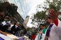 El padre Carlos Rodríguez durante la misa mensual por las 65 victimas de la mina Pasta de Conchos, que se celebró ayer afuera de las instalaciones de Industrial Minera México, en Polanco