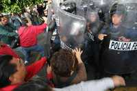 Maestros y policías se enfrentaron en los alrededores de la Secretaría de Educación Pública