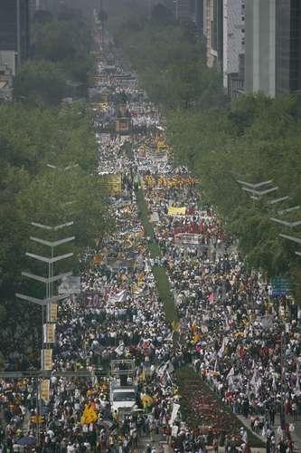 Participantes en la Marcha por la defensa del petróleo, que recorrió del Ángel de la Independencia al Zócalo, convocada por Andrés Manuel López Obrador