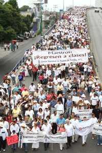 Unas 2 mil personas marcharon en Cuernavaca, Morelos, en protesta por el paro magisterial