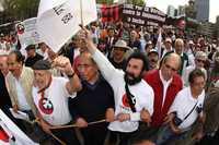 Integrantes del Comité Nacional de Huelga durante el movimiento estudiantil de 1968, marcharon ayer al conmemorarse 40 años de la masacre en la Plaza de las Tres Culturas de Tlatelolco