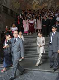 El presidente Felipe Calderón se retira de Palacio Nacional luego de reconocer a jóvenes galardonados con el Premio Nacional de la Juventud. Atrás, la titular de la Secretaría de Educación Pública, Josefina Vázquez Mota