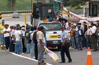 Profesores de Chilpancingo tomaron la Autopista del Sol por varias horas y dieron pase libre a automovilistas