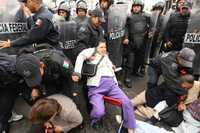 FUERZA CONTRA LA RESISTENCIA CIVIL. Integrantes de la Resistencia Civil Pacífica fueron desalojados ayer por elementos de la Policía Federal Preventiva en Donceles y Eje Central