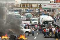 Bloqueo de la autopista México-Cuernavaca, a la altura de Tres Marías. Los maestros se retiraron del lugar luego de que autoridades del estado les prometieron que liberarán a todos los detenidos por la protesta contra la Alianza por la Calidad de la Educación