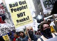 """Manifiestación contra el multimillonario rescate de instituciones financieras estadunidenses, el 27 de septiembre pasado en la neoyorquina Times Square. La pancarta reza: """"¡Rescaten al pueblo! ¡No a los bancos!"""""""