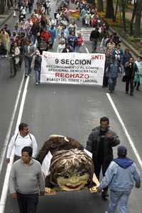 Maestros de la Coordinadora Nacional de Trabajadores de la Educación marcharon a la casa de la líder magisterial, Elba Esther Gordillo, que se encuentra en Polanco, y quemaron un monigote