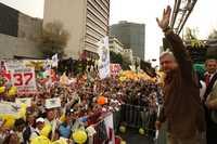 Andrés Manuel López Obrador y miles de brigadistas, durante la asamblea informativa del Movimiento Nacional en Defensa del Petróleo, realizada en el Hemiciclo a Juárez