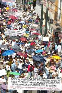 Maestros de la CNTE durante la marcha que se realizó ayer en Cuernavaca