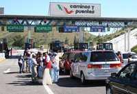 Maestros de la CETEG toman la caseta de cobro de Palo Blanco sobre la Autopista del Sol este jueves