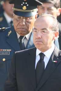 El presidente Felipe Calderón y el secretario de la Defensa, Guillermo Galván, a su llegada al Campo Marte para la ceremonia fúnebre de los funcionarios de Gobernación que murieron en el avión que se desplomó en Las Lomas