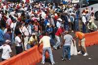 Un grupo de 100 elementos de la PFP impidió que los profesores disidentes pertenecientes a la CETEG tomaran la caseta de cobro en la Autopista del Sol en Chilpancingo. En la imagen un grupo de maestros pone una barricada y carga palos ante un posible enfrentamiento con los policías