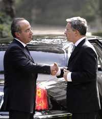 El presidente Felipe Calderón da la bienvenida a su homólogo colombiano, Álvaro Uribe, a quien recibió ayer en la residencia oficial de Los Pinos