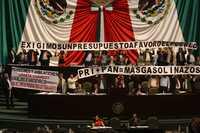 PROTESTA DEL FAP. Diputados del Frente Amplio Progresista (FAP) exhibieron mantas de repudio al presupuesto de 2009, durante el discurso de la perredista Valentina Batres en la tribuna de San Lázaro