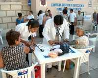 Revisión de la presión arterial de señoras de la tercera edad, durante la campaña gratuita de detección de diabetes e hipertensión en la ciudad de Chilpancingo, Guerrero