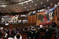 Momento en que los integrantes de la 59 Legislatura de Guerrero rinden protesta, la cual se retrasó poco más de tres horas luego de que maestros, estudiantes y trabajadores estatales tomaron las instalaciones para protestar contra la Alianza por la Calidad de la Educación; además, en el recinto legislativo expusieron mantas con consignas