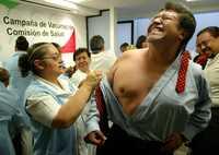VACUNA CONTRA LA INFLUENCIA. El perredista Ricardo Monreal se queja mientras es vacunado contra la influenza, como parte de una campaña de salud realizada ayer en el Senado