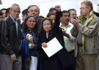 Con el puño en alto, la senadora Rosario Ibarra de Piedra saluda durante el mitin al cual asistieron simpatizantes del movimiento social que encabeza Andrés Manuel López Obrador en defensa de Pemex y la economía popular, entre ellos Arnaldo Córdova y Javier González Garza
