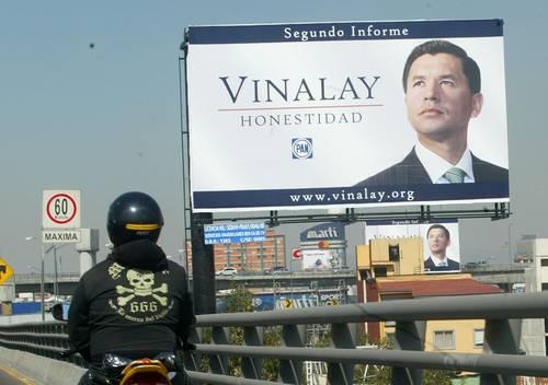 Anuncios espectaculares con la imagen del diputado del PAN Alfredo Vinalay fueron colocados sobre Anillo Periférico. Aquí, dos a la altura de San Antonio