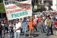 Marcha de ayer en Chilpancingo para exigir a legisladores locales presupuesto para las casas de estudiantes de escasos recursos
