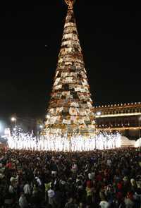 El árbol de Navidad de 50 metros de alto que está en el Zócalo