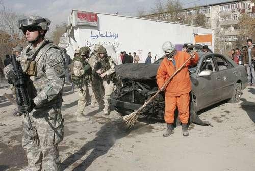 Soldados ocupantes acordonaron la zona donde el pasado 27 de diciembre un atacante suicida hizo estallar su automóvil cerca de la embajada de Estados Unidos en Kabul