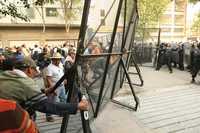 Los profesores lograron ayer en la tarde derribar las vallas colocadas por la policía para impedirles el paso a las instalaciones de la Secretaría de Gobernación