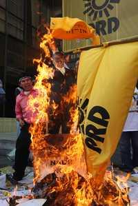 Decenas de personas quemaron sus documentos de afiliación al PRD y mantas de Jesús Ortega, frente a las oficinas del nuevo presidente del sol azteca
