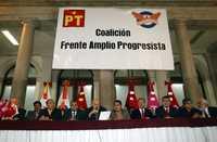 Integrantes del Movimiento Cívico Nacional durante el acto en que formalizaron su adhesión al Frente Amplio Progresista