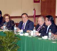 El titular de la Secretaría de Gobernación, Fernando Gómez Mont (centro), se reunió ayer con la dirigente del Sindicato Nacional de Trabajadores de la Educación, Elba Esther Gordillo