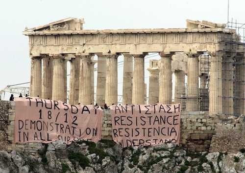 Mantas colocadas cerca de la Acrópolis llaman en varios idiomas a la resistencia y solicitan solidaridad europea con la lucha estudiantil griega